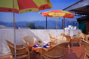 Haridwar - Haridwar YH c/o Sun Hotel : Terrace at the Haridwar Hostel in India