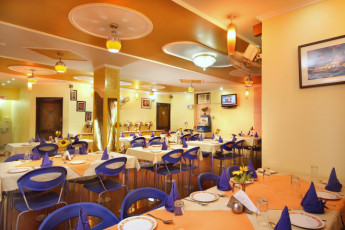 Haridwar - Haridwar YH c/o Sun Hotel : Restaurant dining room at the Haridwar Hostel in India