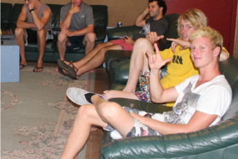 Kalgoorlie YHA : Guests in lounge in the Kalgoorlie Hostel in Australia