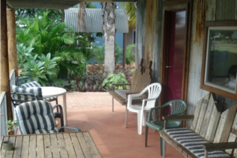 Kununurra YHA : Terrace at the Kununurra hostel in Australia