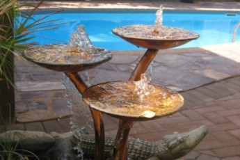 Kununurra YHA : Garden fountain at the Kununurra hostel in Australia
