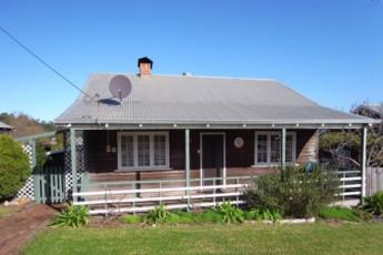 Pemberton YHA : Exterior of the Pemberton hostel in Australia