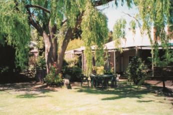 Pemberton YHA : Garden of the Pemberton hostel in Australia