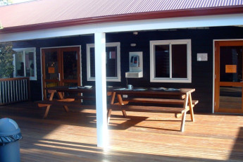 Margaret River YHA : Terrace at the Margaret River hostel in Australia