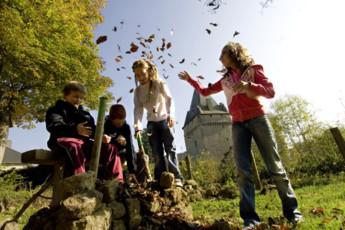 Hollenfels : Kinder spielen im Garten in Hollenfels Hostel, Luxembourg