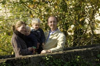 Hollenfels : Die Familie in den Garten in Hollenfels Hostel, Luxemburg