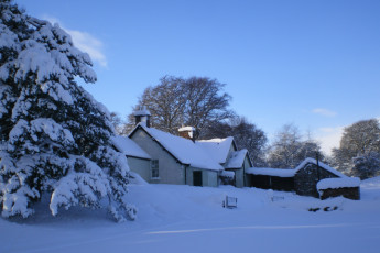 Prosen : Exterior in snow at the Prosen hostel in Scotland