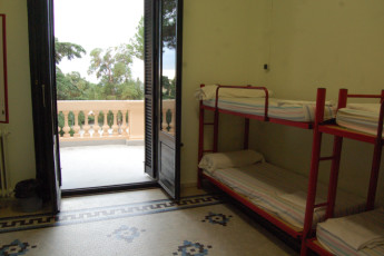 El Masnou - Josep M Batista : dorm room with balcony in the El Masnou Josep M Batista hostel in spain