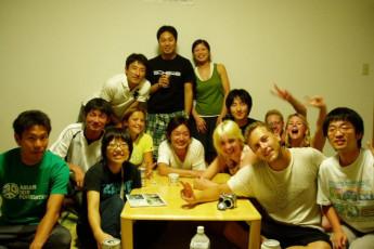 Yakushima - Yakushima YH : los huéspedes relajarse en el salón en Yakushima - Miyanoura puerto albergue juvenil, Japón