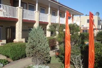 Augusta YHA : Exterior View and Garden at Augusta Hostel, Australia