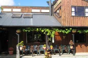 YHA Punakaiki : Exterior of the Punakaiki Hostel in New Zealand