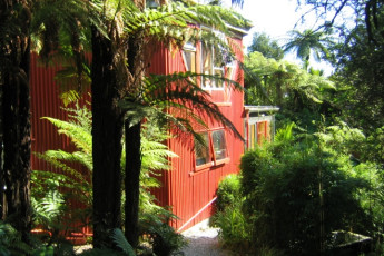 YHA Punakaiki : Exterior view of the Punakaiki Hostel in New Zealand