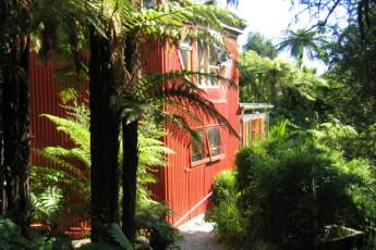 YHA Punakaiki : Exterior view of the Punakaiki Hostel in New Zealand
