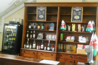 YHA Snowdon Bryn Gwynant : Bar area in the YHA Bryn Gwynant hostel in England