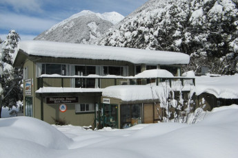 YHA Arthur's Pass : Exterior View of Arthur's Pass, Mountain House YHA, New Zealand During the Snow