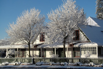 YHA-Springfield : Exterior View of Springfield Hostel, New Zealand During the Snow