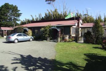 YHA Ahipara : Exterior view of the Ahipara hostel in New Zealand