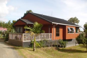 YHA Ahipara : Exterior side view of the Ahipara hostel in New Zealand