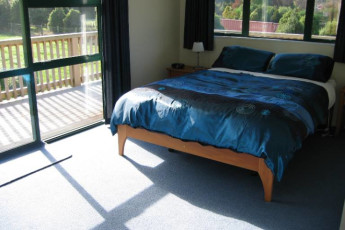 YHA Anakiwa : Double room with ensuite at the Anakiwa Lodge Hostel in New Zealand