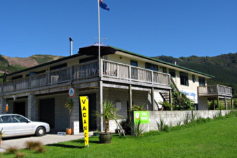 YHA Anakiwa : Exterior of the Anakiwa Lodge Hostel in New Zealand