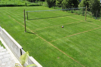 YHA Anakiwa : Volleyball court at the Anakiwa Lodge Hostel in New Zealand