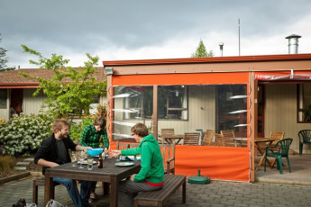 YHA Te Anau : Guests on terrace of the Te Anau Hostel in New Zealand