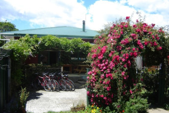YHA Golden Bay : Exterior of the Golden Bay hostel in New Zealand