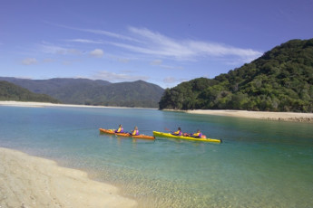 YHA Golden Bay : Kayakers near the Golden Bay hostel in New Zealand