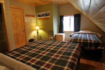 HI - Canmore : Private twin room in the Canmore hostel in Canada