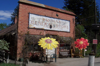 HI - Shuswap Lake : General store at the HI-Shuswap Lake hostel in Canada