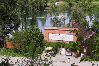 HI - Shuswap Lake : Exterior view from above HI-Shuswap Lake hostel in Canada