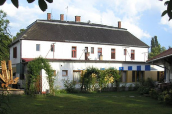 Balaton Révfülöp - Hullám Hostel : Exterior of the Hullam Hostel in Hungary
