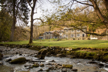 YHA Kings : Exterior view of the YHA Kings hostel in England and Landscape