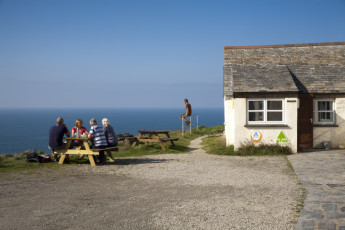 YHA Tintagel : Guests Relaxing in the Garden at YHA Tintagel hostel in England