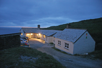 YHA Tintagel : Exterior View of YHA Tintagel hostel in England at Night