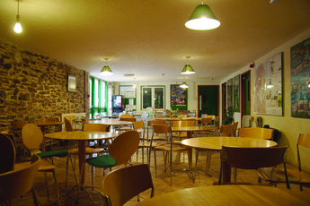 YHA Okehampton : Dining room in the YHA Okehampton hostel in England