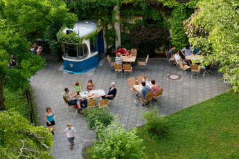 München - City : people eating on terrace at Munich city hostel