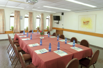 Karei Deshe : Conference room with square table at Karei Deshe hostel Israel