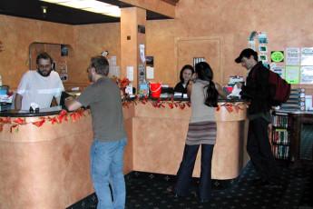 HI - Vancouver Central : huéspedes registrarse en la recepción del hostal es recepción