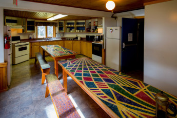 HI - Castle Mountain Wilderness Hostel : HI-Castle Mountain Wilderness Hostel Dining Area