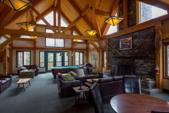 HI - Lake Louise Alpine Centre : una habitación privada en el hostal con dos camas individuales