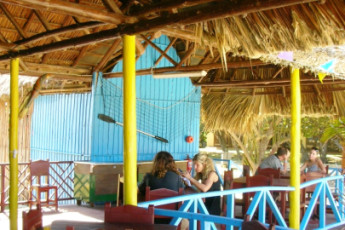 Varadero - Hotel Oasis : Hostel guests at the terrace of Varadero Hotel Oasis