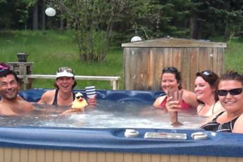 HI - Nordegg - Shunda Creek Hostel : Relax in the hot tub!