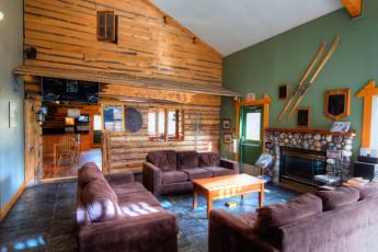 HI - Banff Alpine Centre : los huéspedes socializar en HI Banff Alpine Center hostel