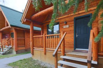 HI - Banff Alpine Centre : los huéspedes socializar en el dormitorio en HI Banff Alpine Centre hostal