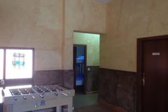 Albergue Villuercas : Hall equipado con máquinas de refrescos y futbolín