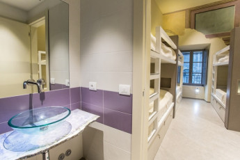 Little Italy YH : Little Italy, Perugia, dorm with sink