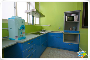 Penghu - Penghu Moncsor Youth Hostel : Blue kitchen at Penghu - Penghu Moncsor Youth Hostel Taiwan