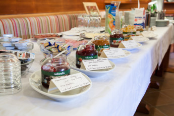 Youth Hostel Pod Skalo : Breakfast buffet with local products