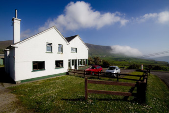 Dun Chaoin , Co Kerry YHA : Side of Hostel with view